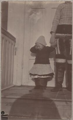 Barn ved foran husdør
