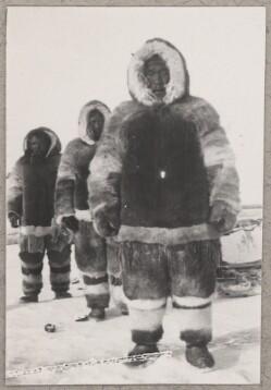 Tre personer i pelstøj