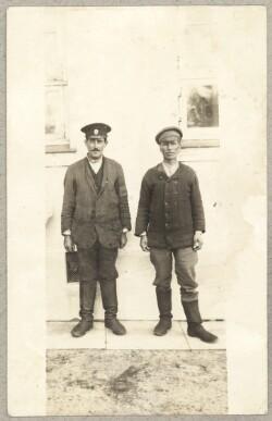 To russiske krigsfanger foran hus i Brørup
