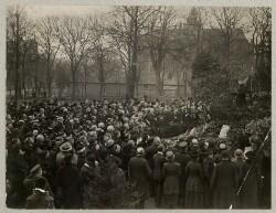 Jørgen Petersen holder tale og nedlægger krans ved mindehøjtidelighed ved krigergrave i Flensborg.
