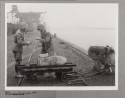 Bombe og soldater på kajen