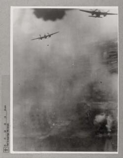To mosquitoer kaster bomber mod Gestapo på Århus Universitet, 31. oktober 1944