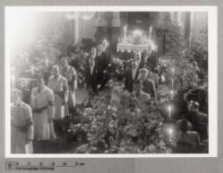 Frihedskæmpere med armbind i kirken ved bisættelse, maj 1945