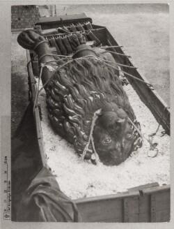Istedløven: Istedløven bundet og bastet til lastbilen på transporten fra Berlin til Tøjhusetmuseets gård i København, oktober 1945