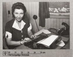 Kløvermarkslejren: Kvinde ved skrivemaskine