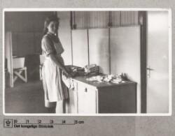 Kløvermarkslejren: Ung pige ved vasketøjet