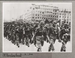 Frikorps Danmark passerer Rådhuspladsen på vej fra godsbanegården til Bådsmandsstræds kaserne, 8. September 1942