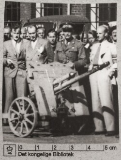 Modstandsfolk: Oberstløjtnant Tiemroth bag kanon, som han fik gave, 23. juni 1945