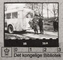 Hvid bus med chauffører