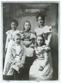 Thit Jensen med søster Lalla og andre børn