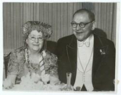 Fru Thit Jensen med sin svenske Bordkavaler, Bogtrykker Söderstam