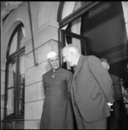 Ministerpræsident Nehru på besøg hos Niels Bohr