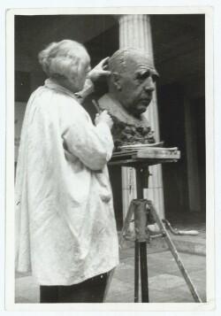 Harald Isenstein arbejder på buste af Niels Bohr