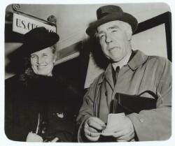 Professor Niels Bohr og Frue ved ankomsten til New York