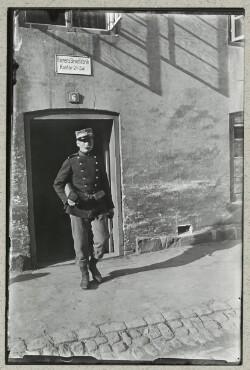 Infanterist foran Hærens Brødfabrik