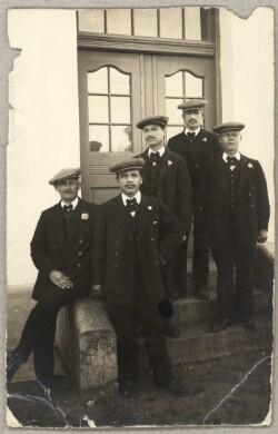 Fem russiske krigsfanger foran hus i Brørup