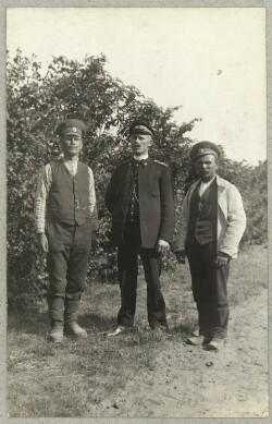 Tre russiske krigsfanger foran træer