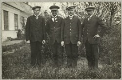 Fire russiske krigsfanger foran hus i Ribe