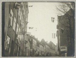 Gade med flag op til afstemningen