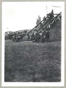 Ministrene har indtaget deres plads under genforeningsfesten i Dybbøl Skanser d. 11. juli 1920