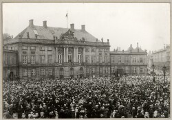 Christian X modtager kvindertoget i forbindelse med Grundloven af 1915, hvor kvindelig valgret indførtes