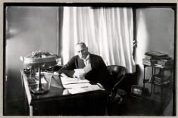 Chefredaktør Henrik Cavling ved sit skrivebord på Politiken