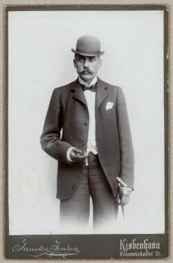 Henrik Cavling med bowler og cigar