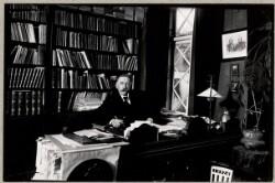 H. P. Hanssen ved sit skrivebord