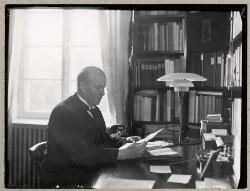 Udenrigsminister P. Munch ved sit arbejdsbord i villaen Øster Allé