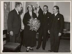 Elna Munch efter en tale i radioen 11. maj 1934 om Moders Dag sammen med Ingemand-Petersen, Albert Petersen og Chr. Svenningsen fra Moders Dags Komiteen