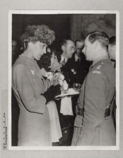 The Overseas Leage: Hertuginden af Kent sammen med dansk løjtnant i november 1941
