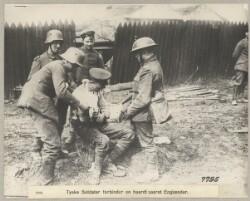 2248. Tyske Soldater forbinder en haardt saaret Englænder.