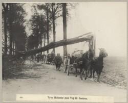 3081. Tysk Kolonne paa Vej til Amiens.