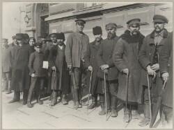 Værnepligtige Russere, som paa Vejen til deres Garnisionsby er tilfangetagne af Tyskerne.