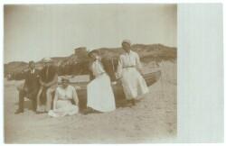 Anna Ancher med bekendte på stranden i Skagen