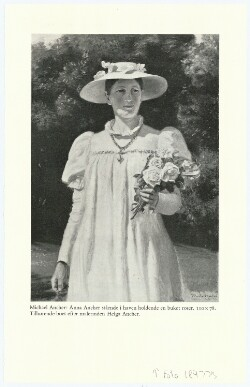 Anna Ancher stående i haven holdende en buket roser