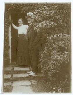 Anna Ancher og Michael slikker Solskin paa Trappen