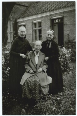 Anna Ancher omgivet af sine søstre Marie og Hulda Brøndum