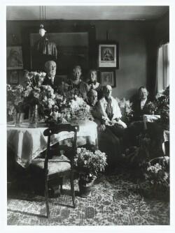 Anna Ancher i familiens skød ved søsteren Marie Brøndums 80-års fødselsdag