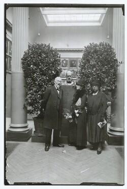 Museumsdirektør Karl Madsen i selskab med Anna Ancher og datteren Helga Ancher ved Michael Ancher udstilling på Charlottenborg