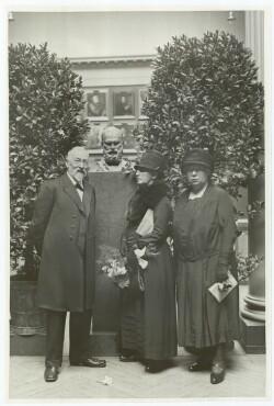 Museumsdirektør Karl Madsen i selskab med Anna Ancher og datteren Helga Ancher ved Michael Ancher-mindeudstilling på Charlottenborg