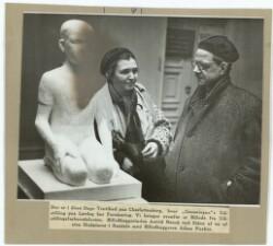Billedhuggerinden Astrid Noack ved Siden af en af sine Skulpturer i Samtale med Billedhuggeren Adam Fischer
