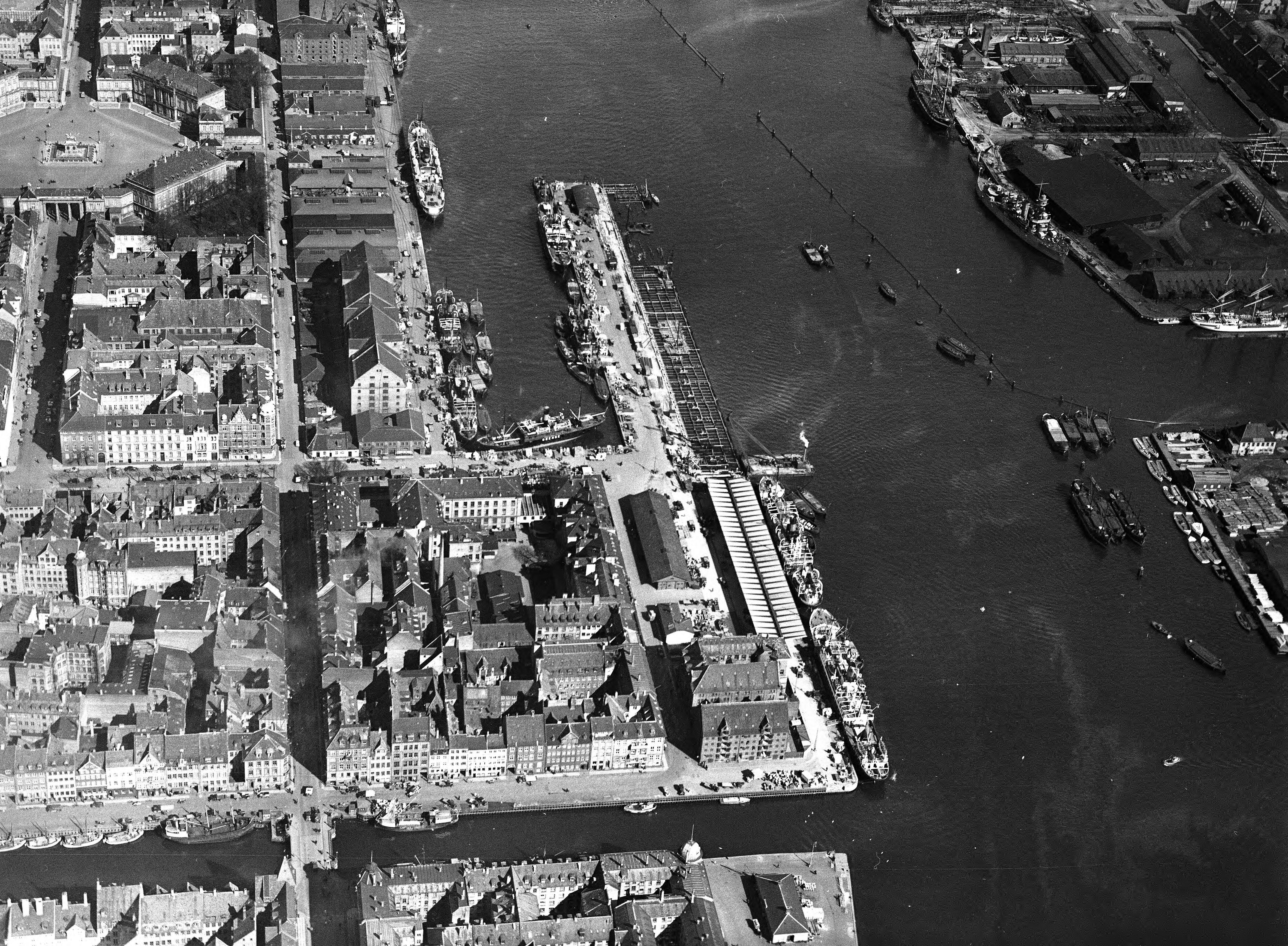 Skråfoto fra 1932-1950 taget 74 meter fra Nyhavn 38, st. th