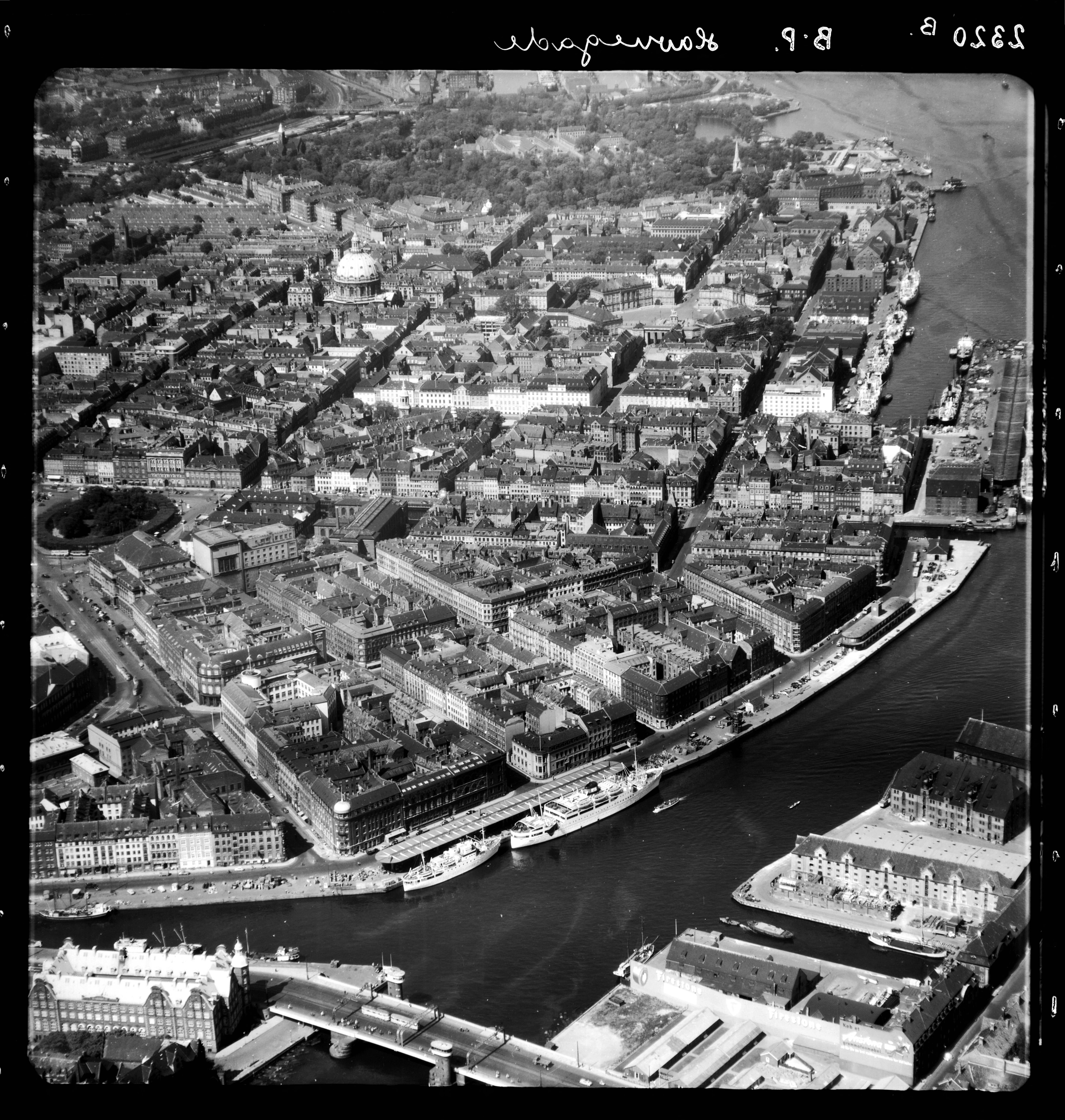 Skråfoto fra 1955 taget 81 meter fra Peder Skrams Gade 26B, 1. tv