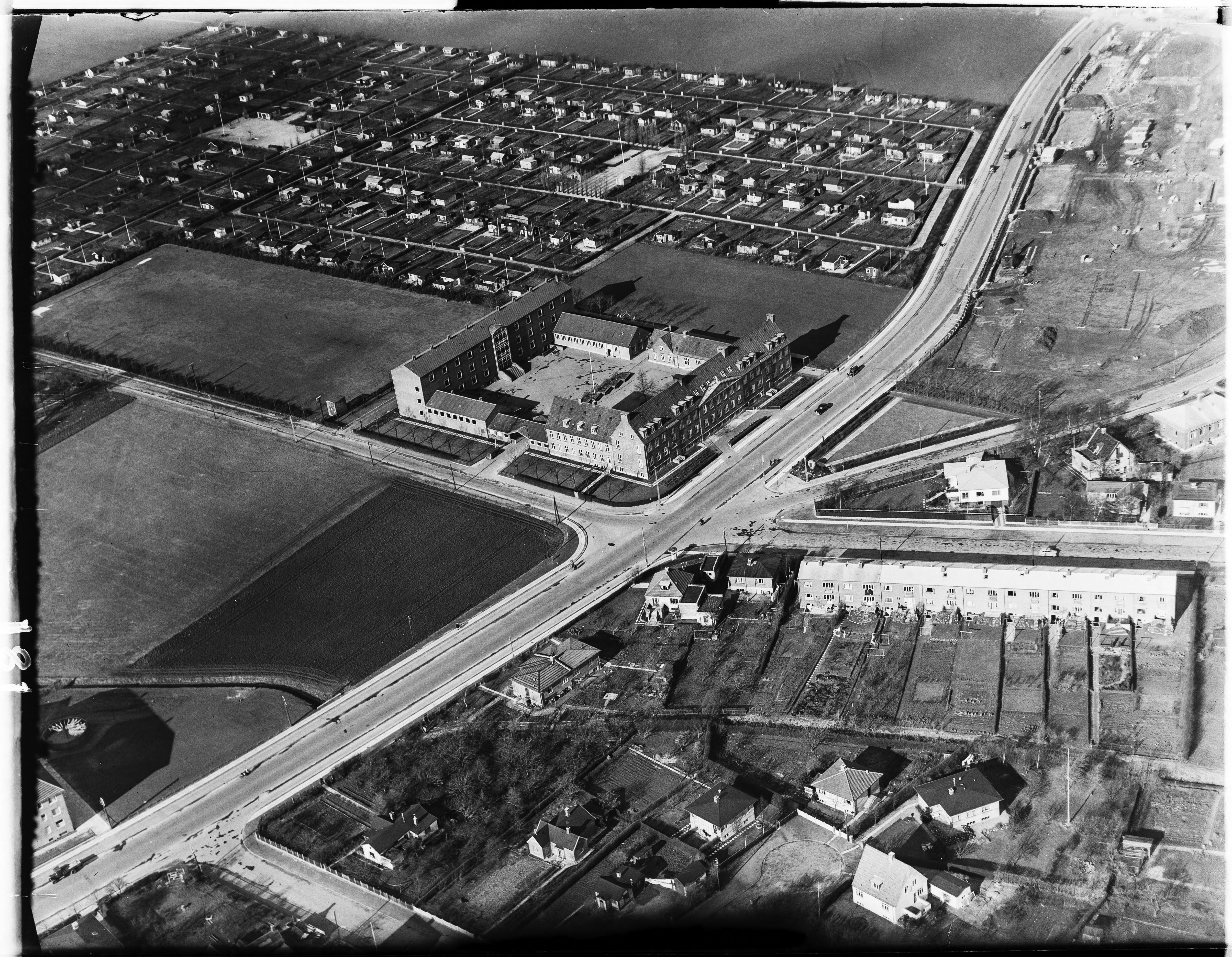 Skråfoto fra 1950-1954 taget 341 meter fra Karise Alle 31, 1. 79